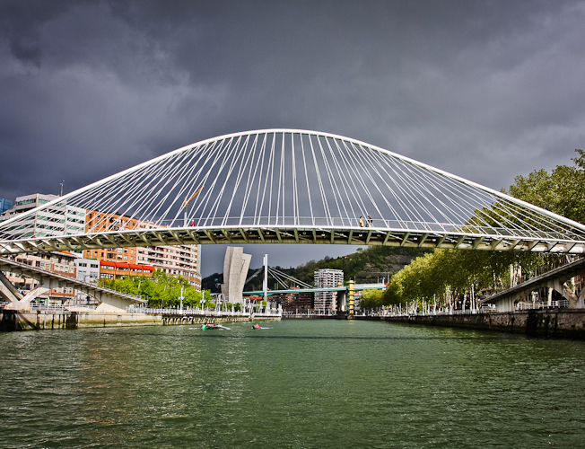 Ria del Nervión y puente Zubizuri. Bilbao. www.smartinbilbao.com